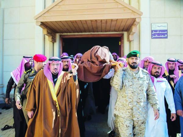 الأمير فيصل بن مشعل يشارك في حمل الجثمان