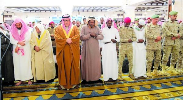 وكيل إمارة الرياض يؤدي الصلاة على الشهيد