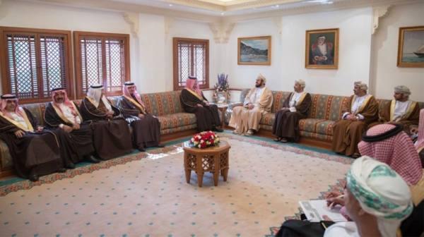 وزير الداخلية يلتقي نائب رئيس الوزراء لشؤون مجلس الوزراء العماني