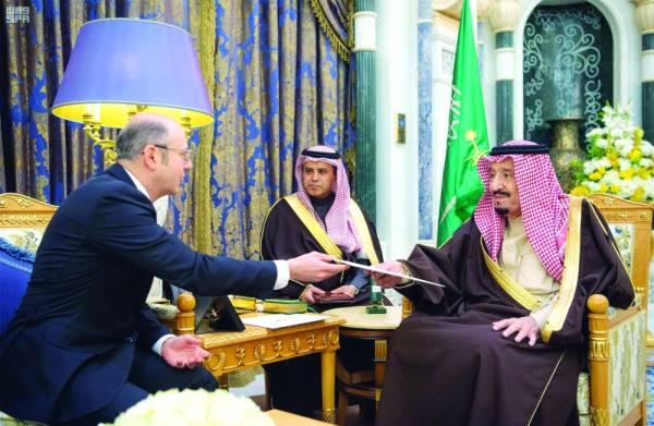 الملك يتسلم رسالة رئيس أذربيجان خلال استقباله وزير الطاقة