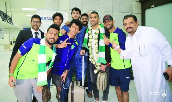 جماهير الأهلي حرصت على التقاط الصور مع زكريا لدى وصوله إلى مطار جدة أمس