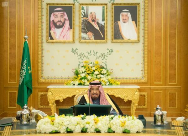 خادم الحرمين خلال ترؤسه جلسة مجلس الوزراء أمس