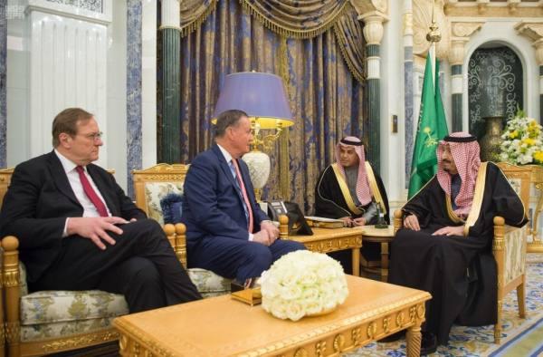 الملك سلمان خلال استقباله رئيس المجلس الأطلنطي