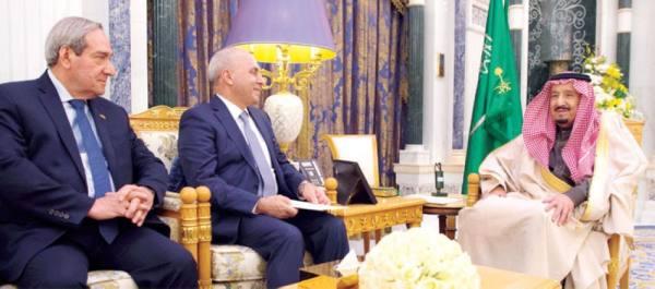 الملك سلمان خلال استقبال الوزير العراقي ومرافقيه