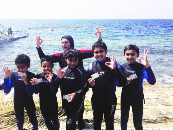 أطفال يحملون تصاريح الغوص