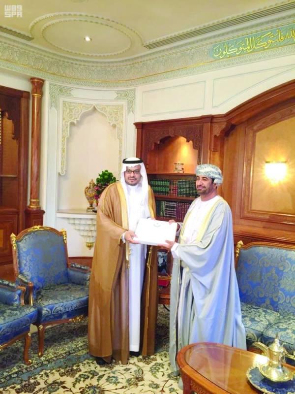 السفير السعودي يسلم الدعوة لوزير البلاط السلطاني