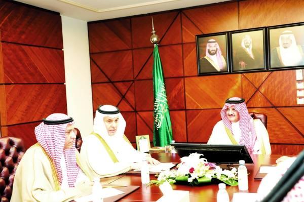 أمير المنطقة يستمع لشرح الوزير عن المشروعات