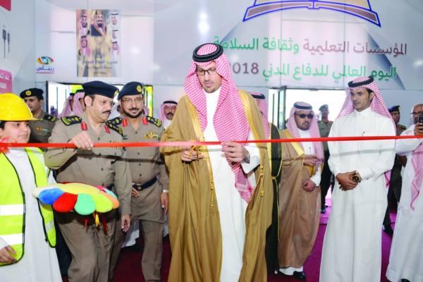 الأمير سعود يقص شريط المعرض