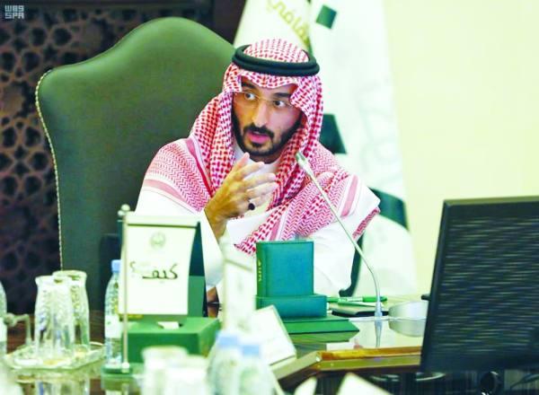 الأمير عبدالله بن بندر خلال ترؤسه الاجتماع