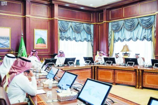الأمير  فيصل بن سلمان أثناء ترؤسه الاجتماع بحضور الأمير  سعود بن خالد
