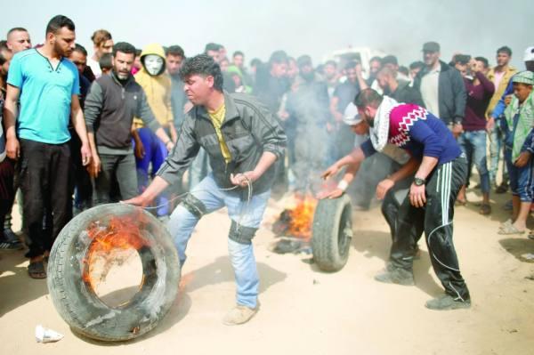 «حرق الإطارات».. إسرائيل تطلق الرصاص على متظاهري غزة