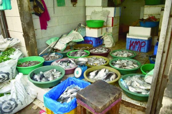 أسماك في «سطول» تباع في الهواء الطلق