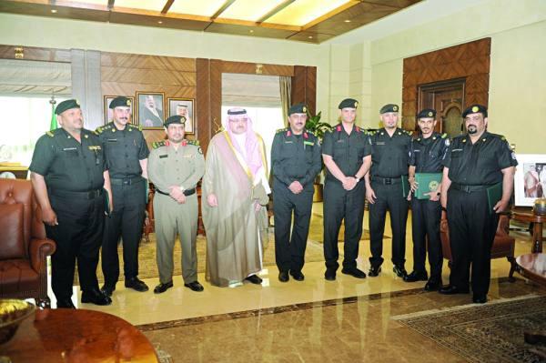 محافظ جدة في لقطة تذكارية مع مدير الشرطة وعدد من ضباط دوريات الأمن