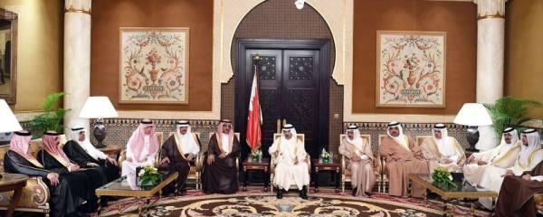 الأمير خليفة بن سلمان خلال استقباله رؤساء تحرير الصحف السعودية