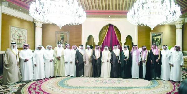 الأمير خليفة بن سلمان مع رؤساء تحرير الصحف السعودية