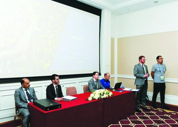 وفد اللجنة المنظمة لكأس العالم لدى الاجتماع مع لاعبي الأخضر أمس
