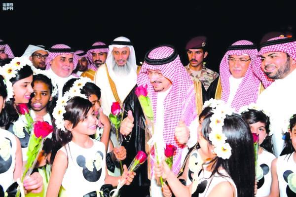 أمير الرياض يعايد الأطفال