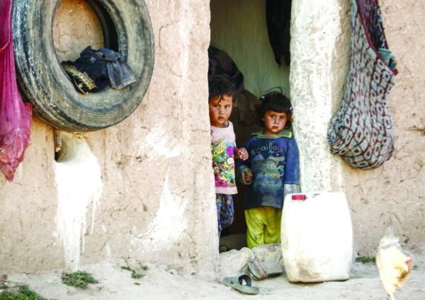 طفلان سوريان من منبج في مخيم القاضي للنازحين   (أ ف ب)