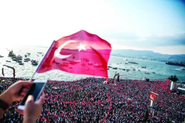 آلاف الأتراك في الميادين (أ ف ب)