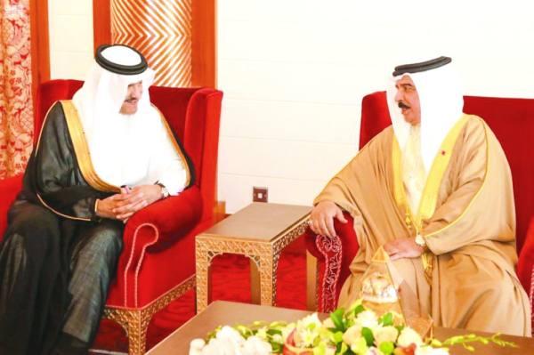 الملك حمد خلال استقباله الأمير سلطان بن سلمان