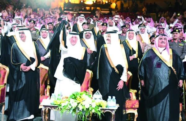 نيابة عن الملك.. الفيصل يكرم 13 فائزا في افتتاح «سوق عكاظ12»