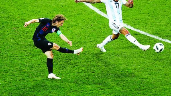مودريتش يسدد في مرمى الأرجنتين