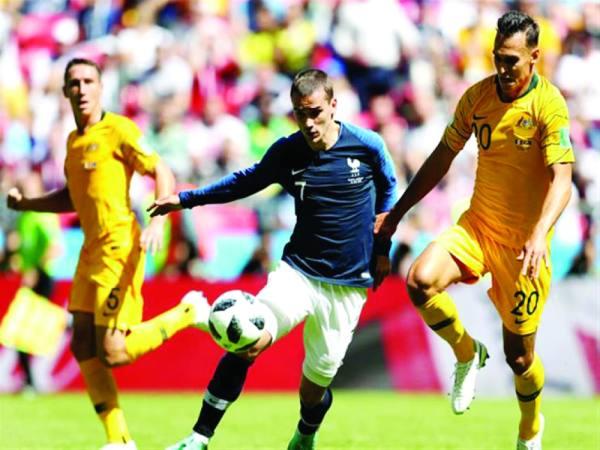 ساينسبوري يحاول استخلاص الكرة من جريزمان في مباراة استراليا وفرنسا