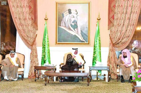 الأمير فهد بن سلطان خلال الجلسة الأسبوعية