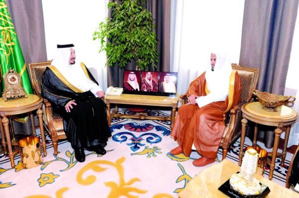 الأمير خالد بن فيصل مع المعجب