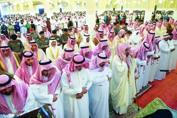 أمراء ومسؤولون يؤدون صلاة الميت على والدة الأمير جلوي
