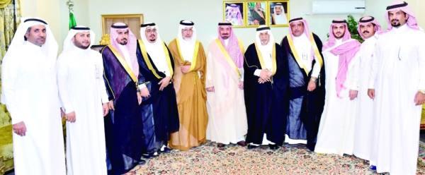 أمير نجران  في لقطة مع عدد من المستثمرين