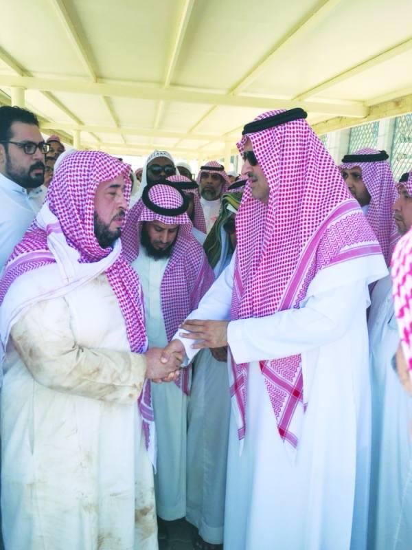 الأمير فيصل بن سلمان يقدم العزاء لذوي الشيخ أبوبكر الجزائري