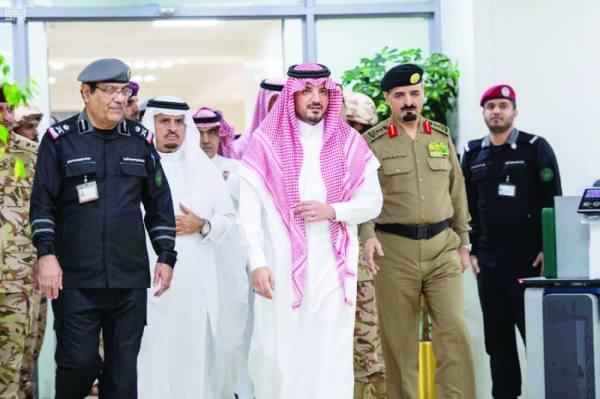 عبدالعزيز بن سعود خلال الجولة التفقدية