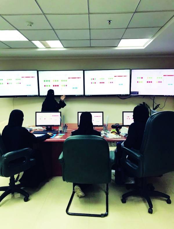 16 سعودية يراقبن المكاتب الميدانية بـ«غرفة متابعة»