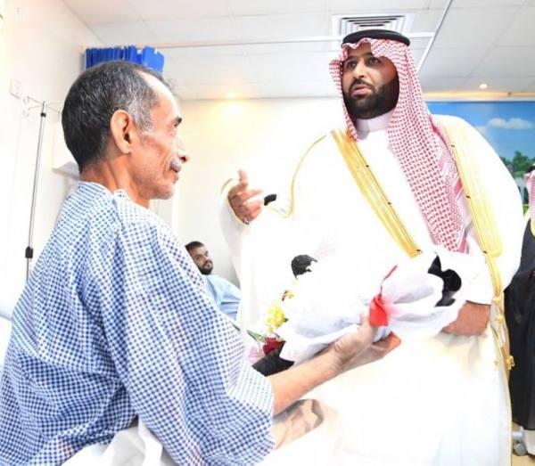 أمير جازان بالنيابة يعايد المرضى المنومين بمستشفى الأمير محمد بن ناصر