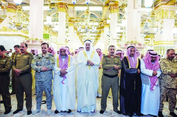 أمير المدينة المنورة يتقدم المصلين في المسجد النبوي الشريف