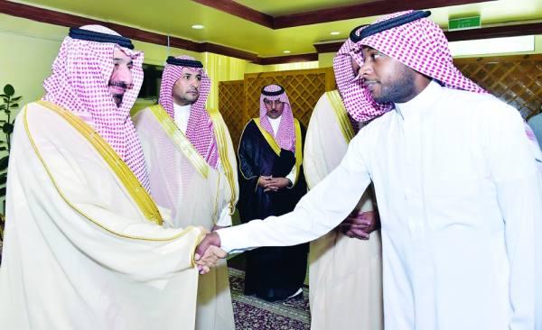 الأمير جلوي يعايد منسوبي الإمارة