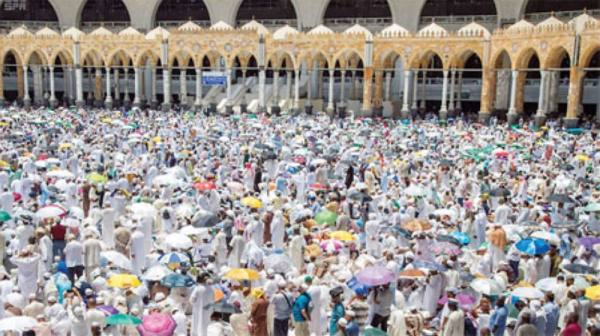 جموع من الحجاج يؤدون صلاة الجمعة بالمسجد الحرام