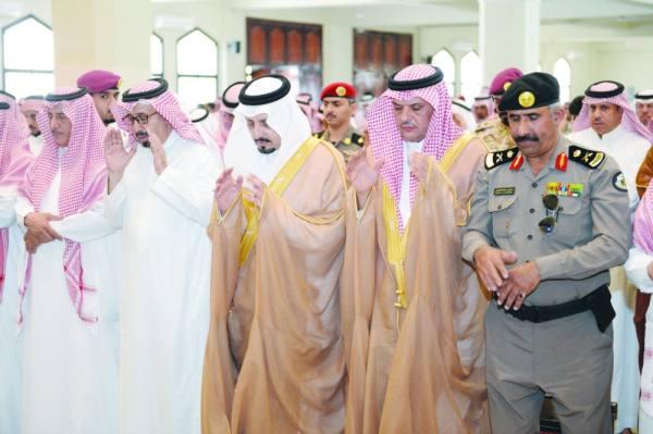 الأمير فيصل بن خالد مشاركا في الصلاة على الميت