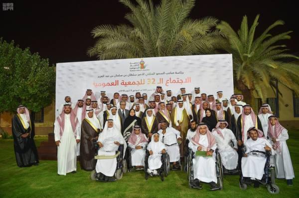 الأمير سلطان بن سلمان محاطا  بمنوسبي الجمعية