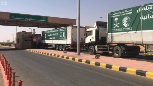 الشاحنات الإغاثية تعبر منفذ الوديعة
