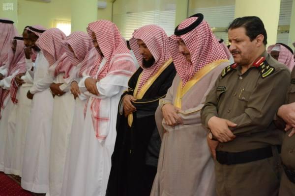 محافظ محايل يؤدي صلاة الميت على الشهيد آل سعيد