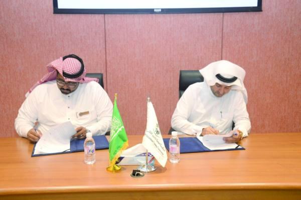 عميد الكلية التقنية خلال توقيع الاتفاقية