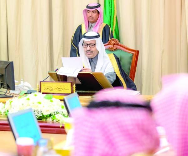 حسام بن سعود خلال ترؤسه مجلس المنطقة