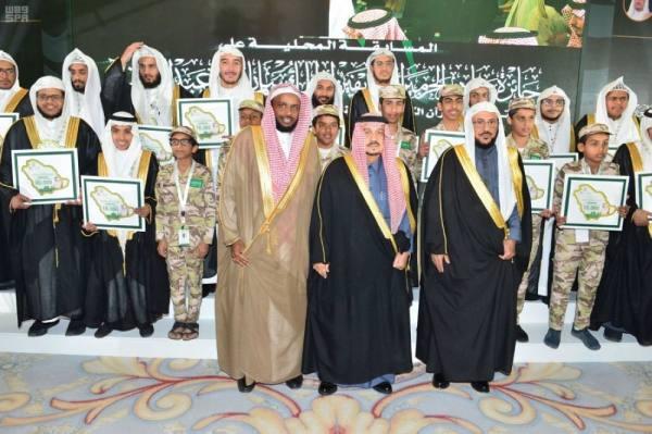 أمير الرياض وآل الشيخ في جماعية مع المكرمين ومنهم أبناء مرابطي الحد الجنوبي