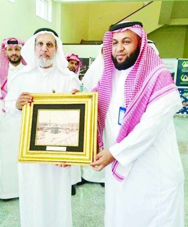 مديرجامعة أم القرى يكرم جمعية كفى
