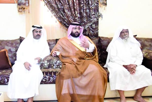 محمد بن عبدالعزيز خلال تقديمه العزاء