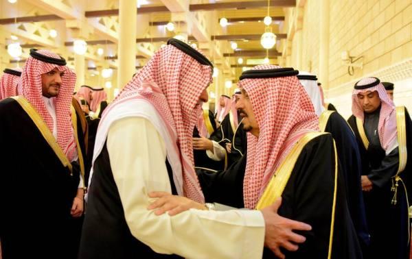 أمير الرياض يؤدي صلاة الميت على الأمير فيصل بن بدر بن فهد
