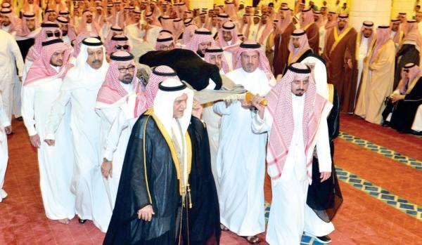 يتقدمهم الأمير أحمد وتركي الفيصل وفيصل بن بندر