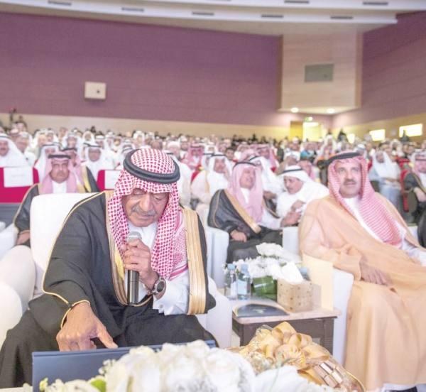 الأمير مقرن أثناء متابعته حفل التخرج